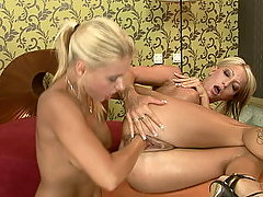 Blonde slut Pearl fisted by her nice titte gf